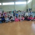"""Il CT Corinaldo è arrivato anche nella scuola primaria e nell'asilo di Castelleone di Suasa… ecco il nostro istruttore Leonardo Pesaresi con le classi che hanno aderito al progetto """"Tennis..."""